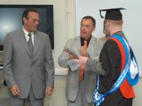 Директора французкой школы Леона Жан- Пьер Десан и Жан Пейриер вручают диплом Лоптеву В.В.